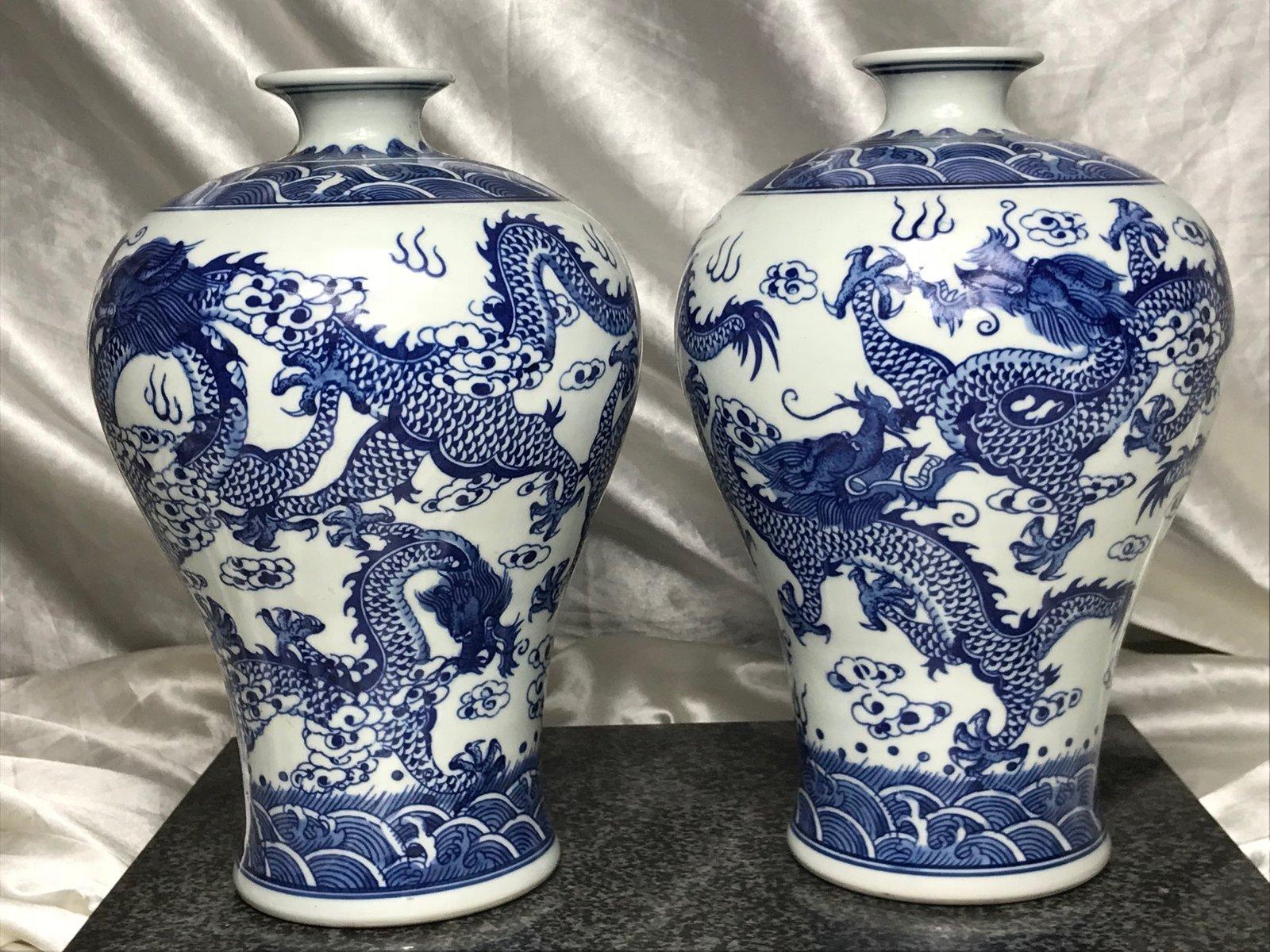 Paar Blau Weisse Chinesische Vasen Aus Porzellan Mit Drachen Motiv