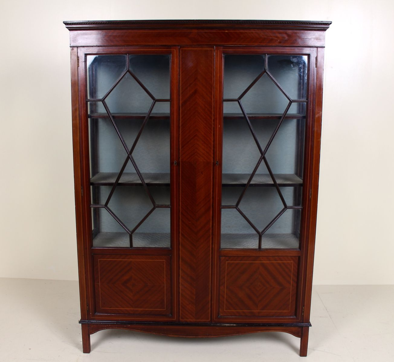 Antike Astragal Glasvitrine aus Mahagoni-Intarsien   Wohnzimmer > Vitrinen > Glasvitrinen   Braun   Mahagoni