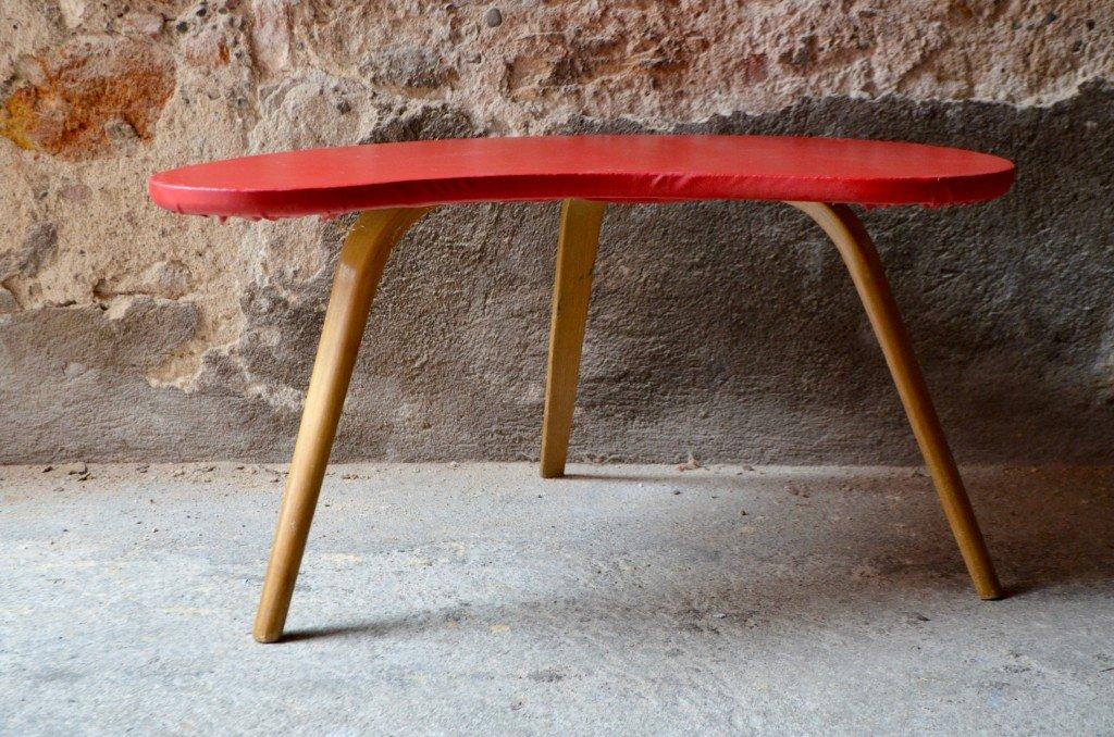 Roter dreifüßiger Couchtisch von Steiner, 1950er