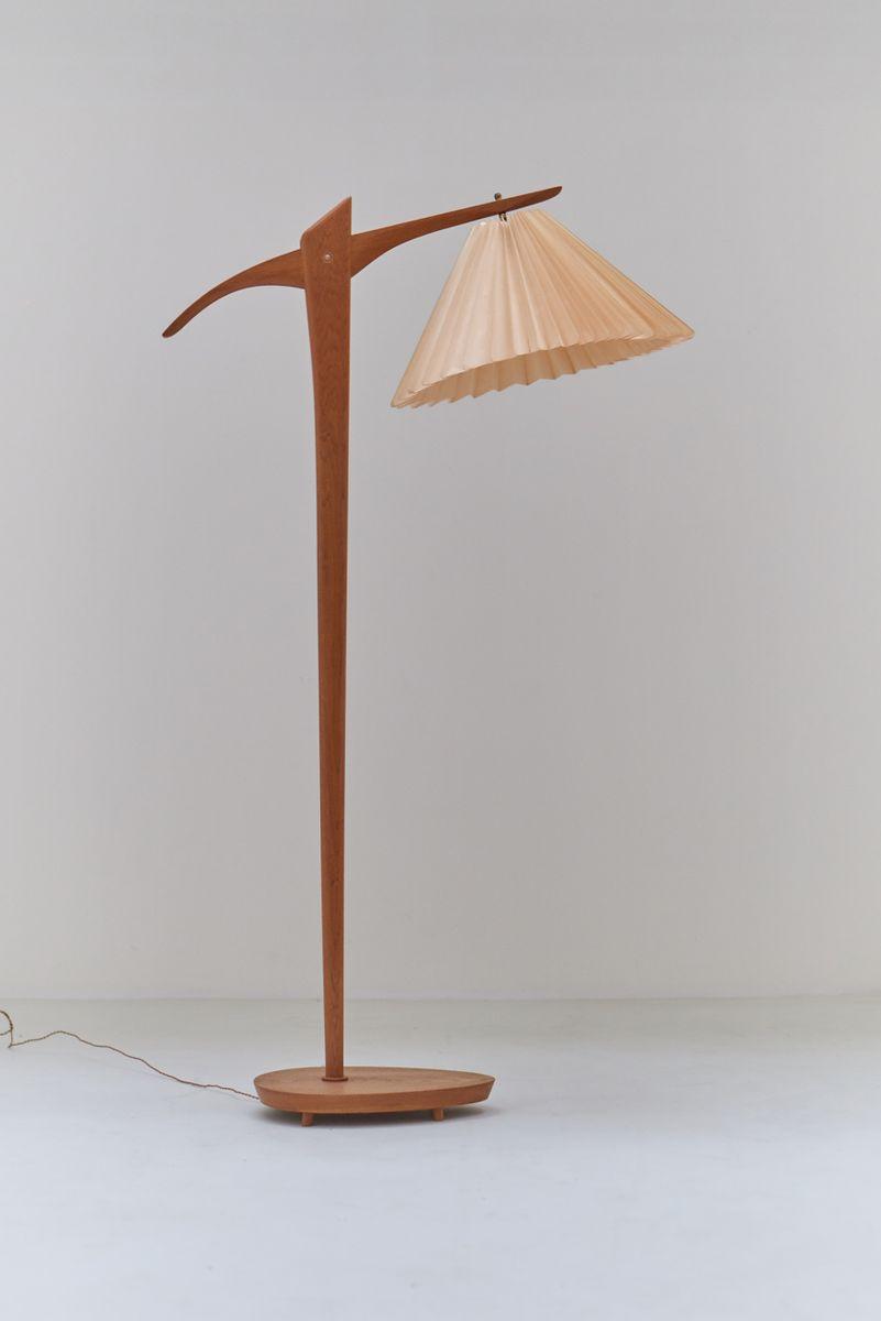 Skulpturale skandinavische Stehlampe aus heller Eiche, 1974