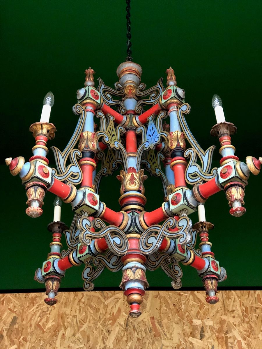 Mehrfarbig lackierter antiker Magistral Kronleuchter aus Holz