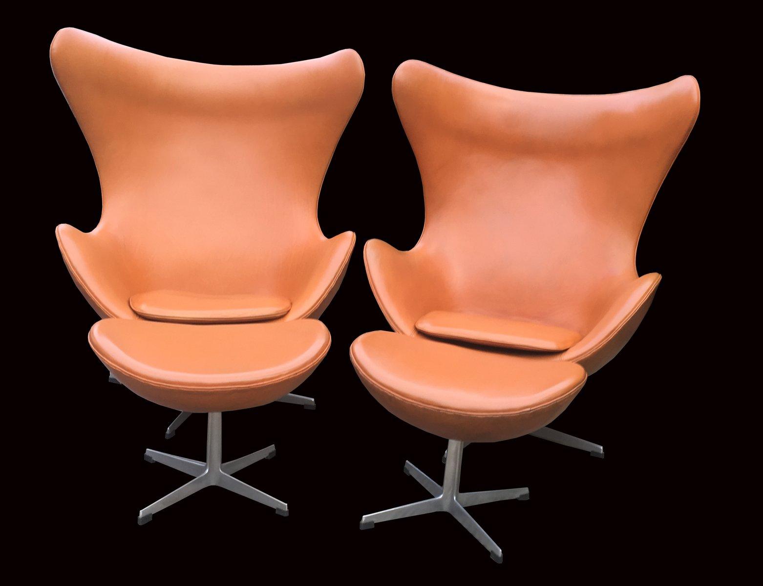 Cognacfarbene Egg Chairs & Fußhocker aus Leder von Arne Jacobsen für F...