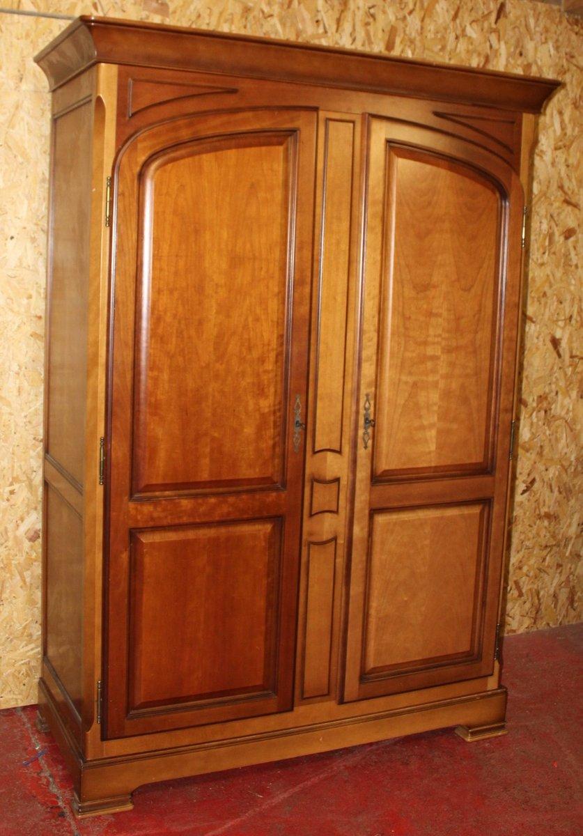 Großer zweitüriger Vintage Kleiderschrank aus Nussholz