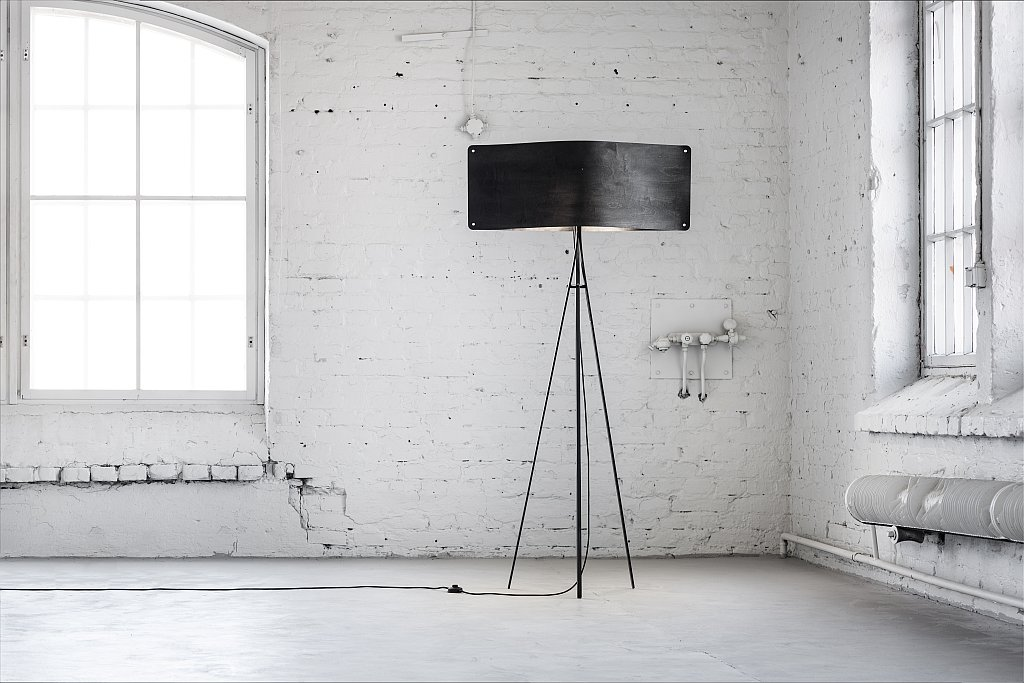 Große weite schwarze Stehlampe von Esa Vesmanen für FINOM Lights