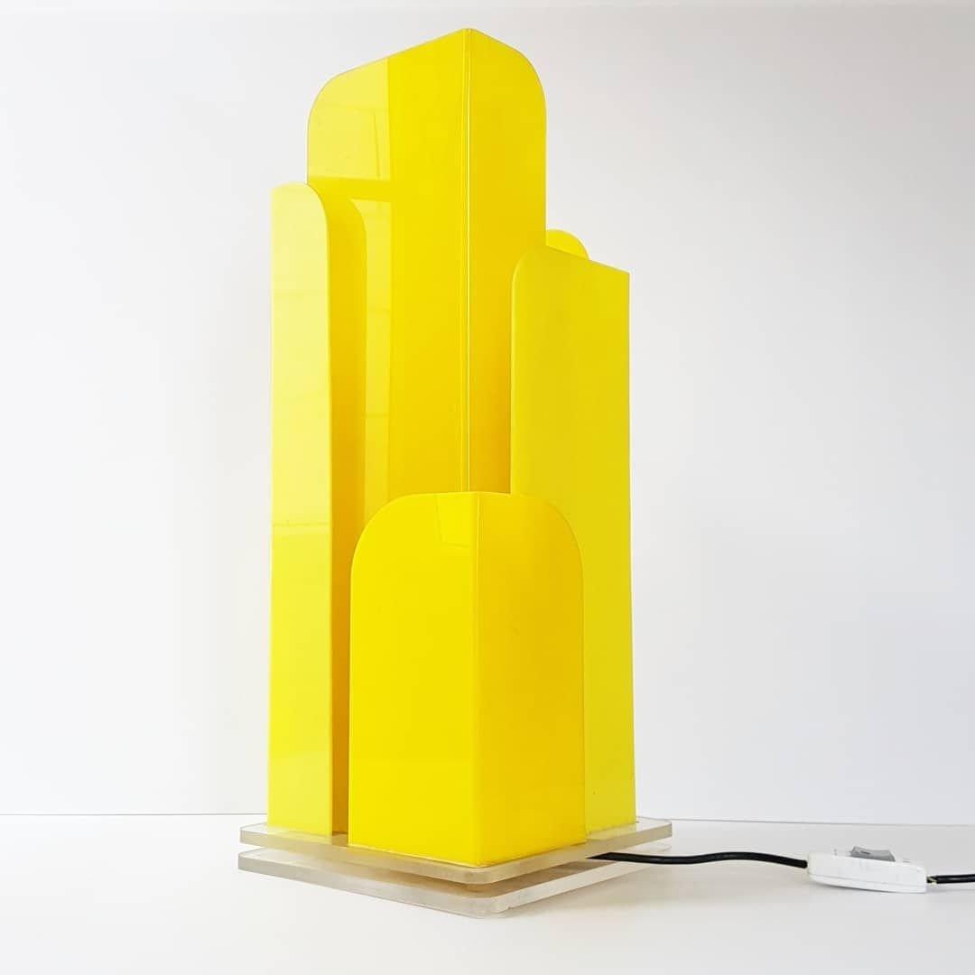 Große postmoderne Skyscraper Tischlampe aus Plexiglas, 1970er