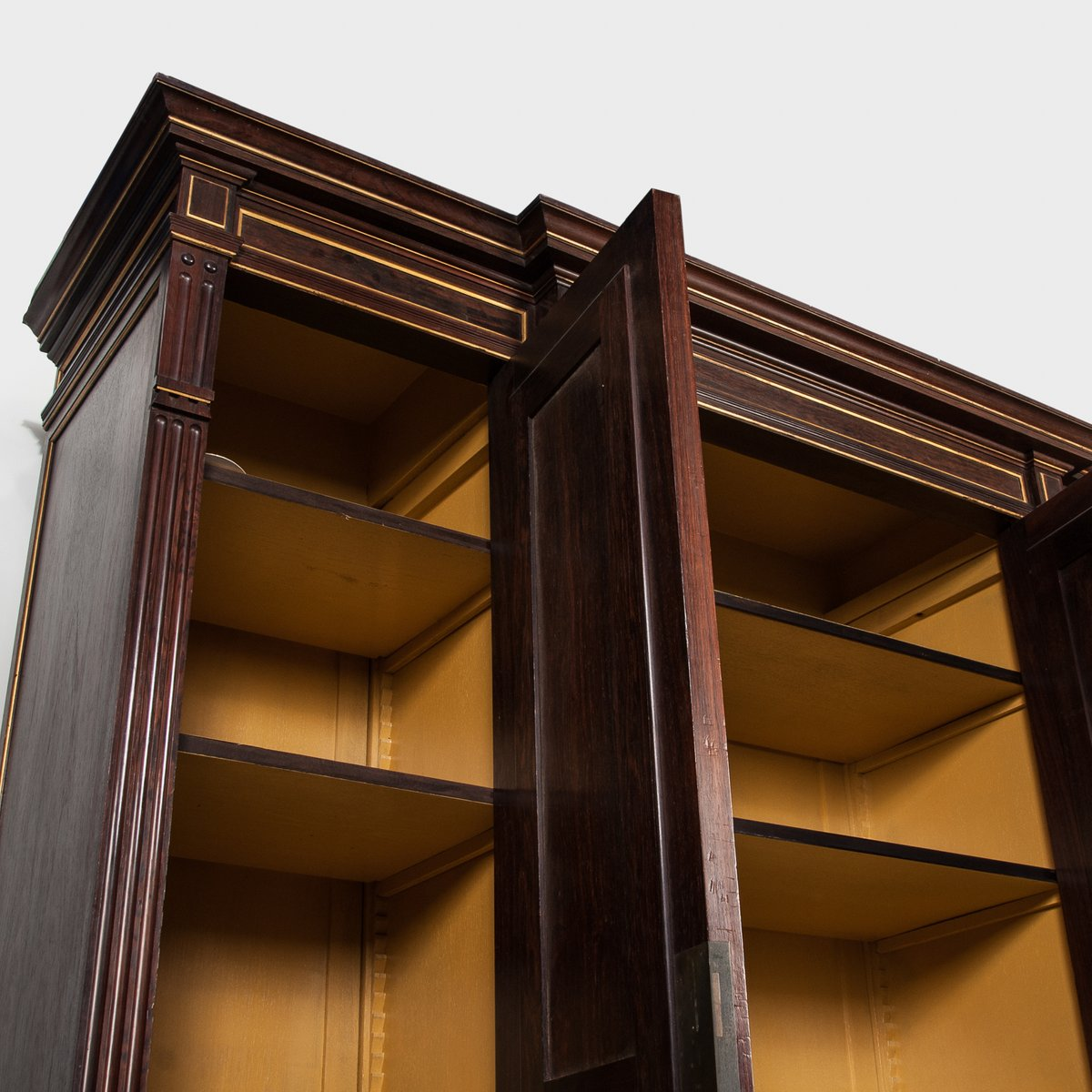 antiker verspiegelter franz sischer schrank mit drei t ren. Black Bedroom Furniture Sets. Home Design Ideas