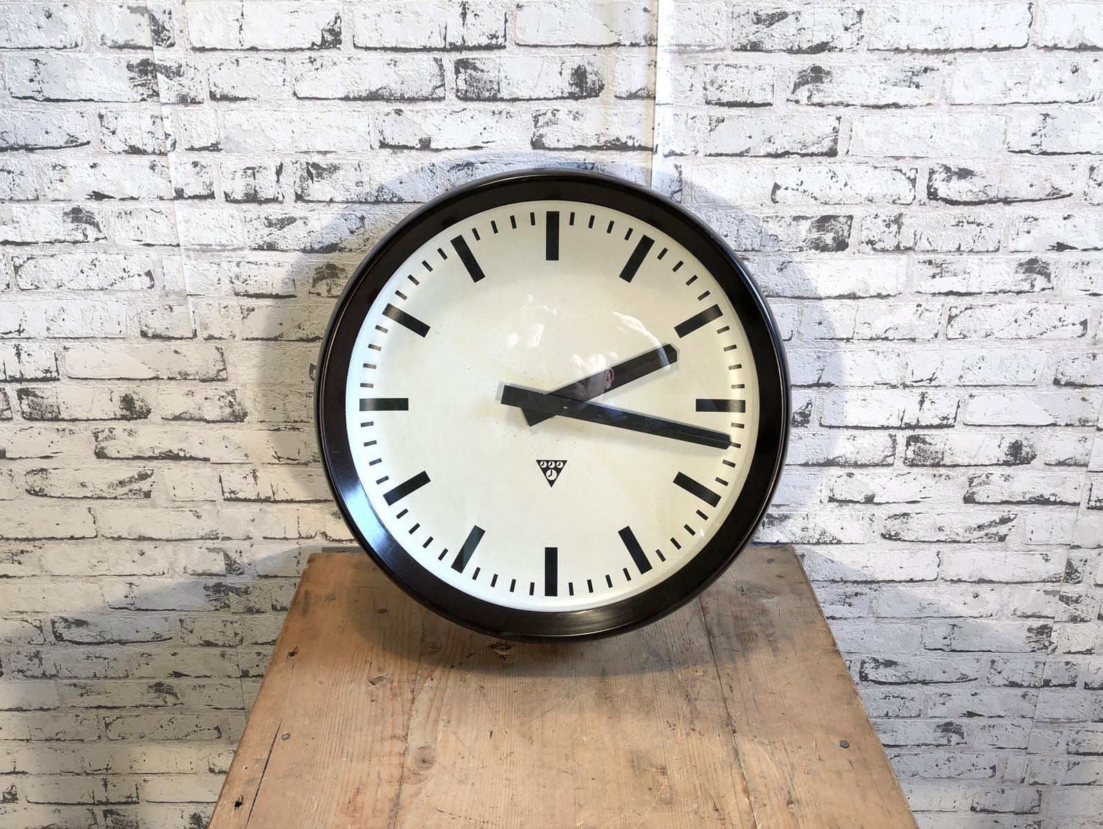 grande horloge murale d 39 usine industrielle en bak lite de pragotron 1960s en vente sur pamono. Black Bedroom Furniture Sets. Home Design Ideas