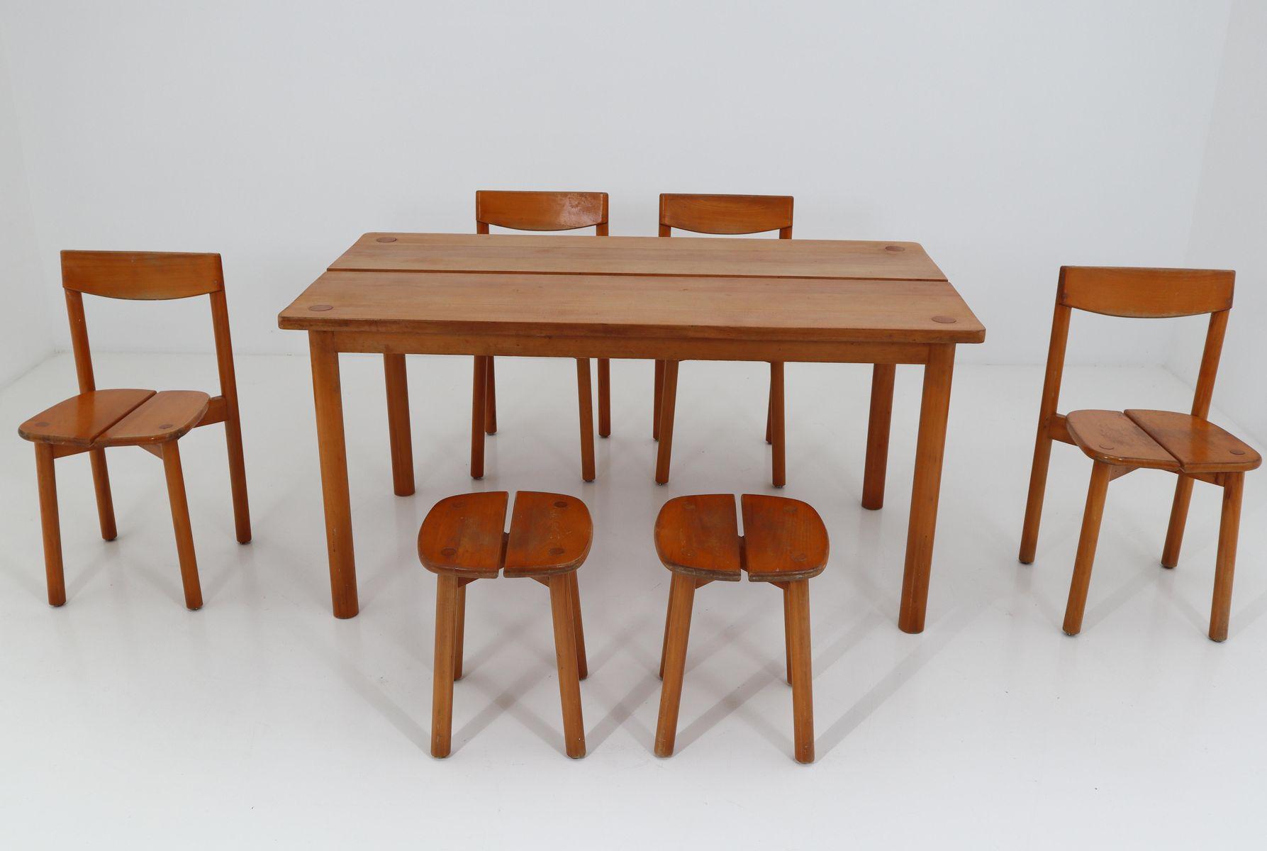 Set da pranzo vintage con un tavolo sei sedie e due sgabelli di