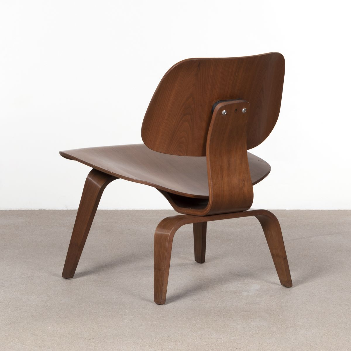 Chaise lcw en noyer par charles ray eames pour herman miller 1950s en vente sur pamono - Chaise charles et ray eames ...