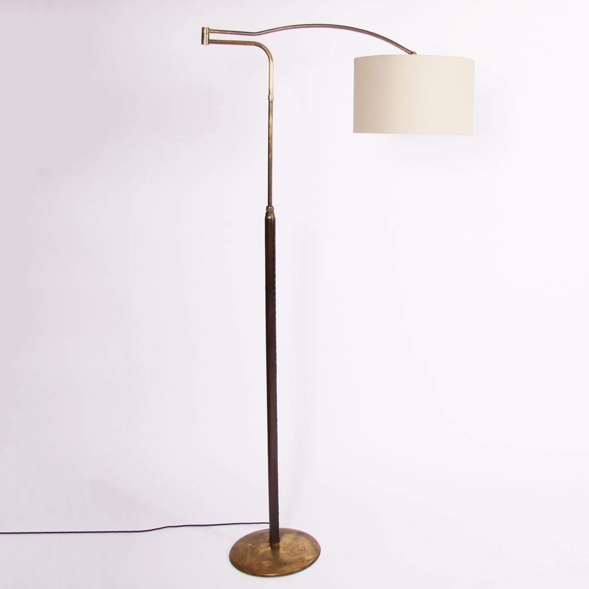 Hohe lederbezogene Stehlampe aus Messing mit Dreharm, 1950er
