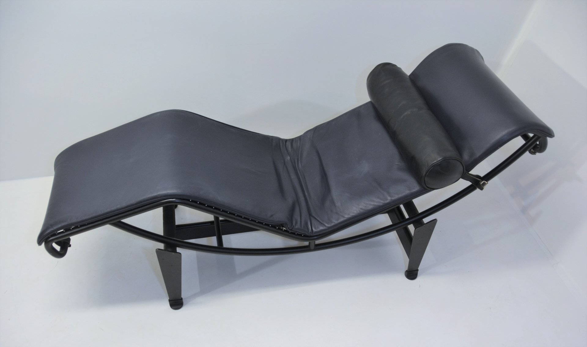 Vintage lc4 chaise lounge by le corbusier pierre - Chaise le corbusier prix ...