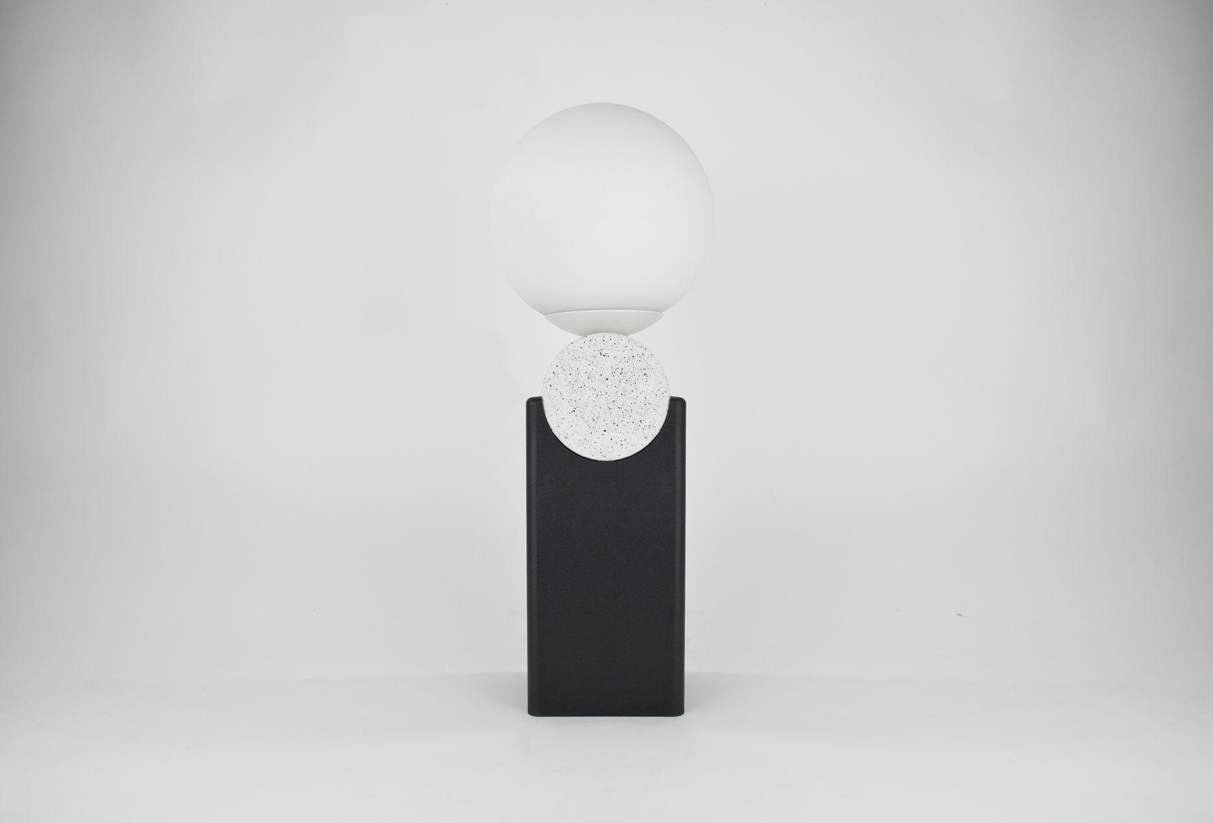 Monument V2 Tischlampe mit rundem Hals aus Jesmonite, Stahl & Glas von...