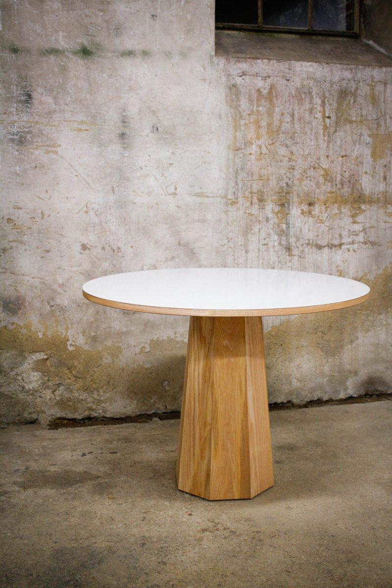 Runder Tisch aus massivem Eschenholz & weißem Laminat mit achteckigem ...