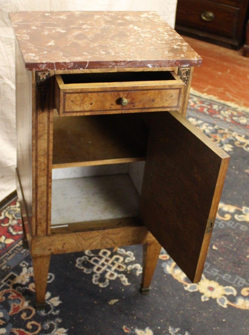 table de chevet louis xvi en noyer avec plateau en marbre 1910s en vente sur pamono. Black Bedroom Furniture Sets. Home Design Ideas