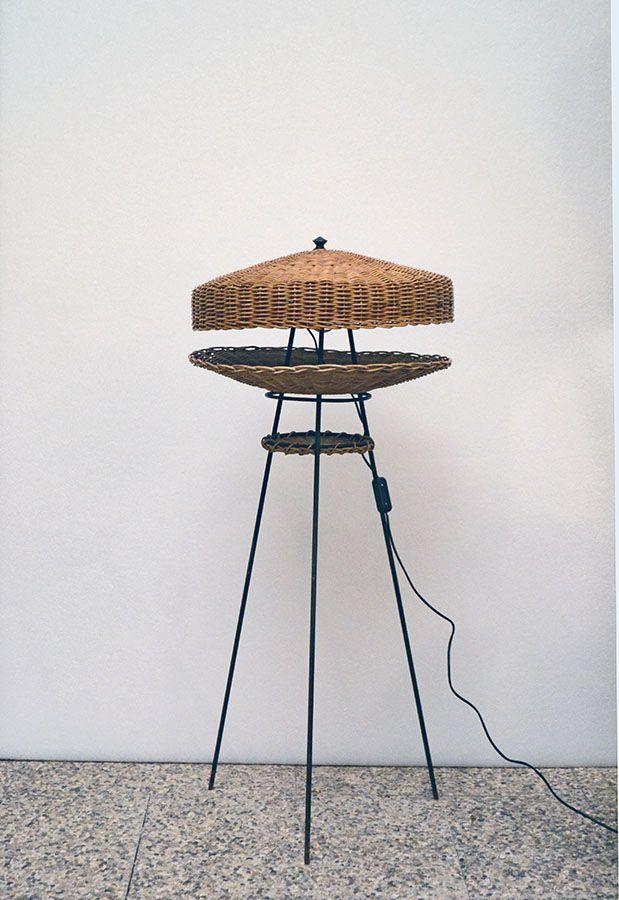 Stehlampe aus Rattan mit lackiertem Metallfuß, 1950er