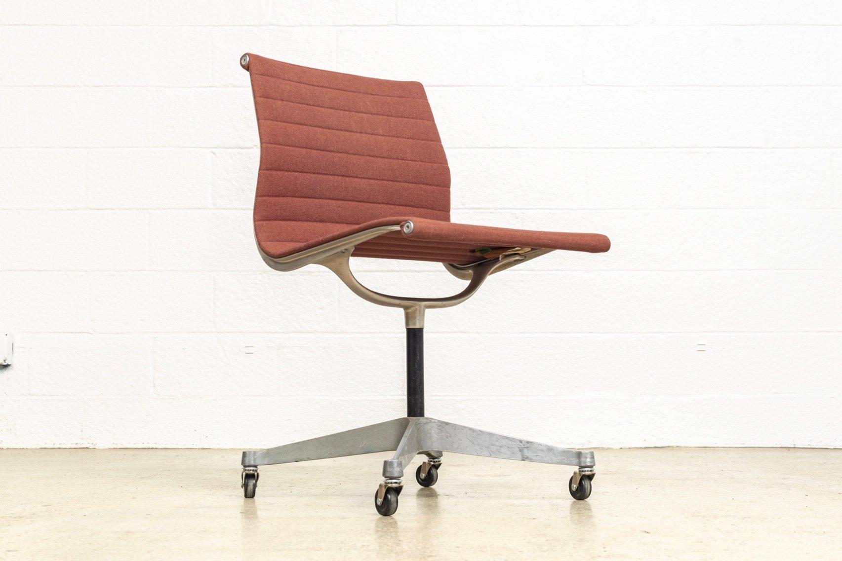 chaise d 39 appoint aluminum group mid century par charles. Black Bedroom Furniture Sets. Home Design Ideas