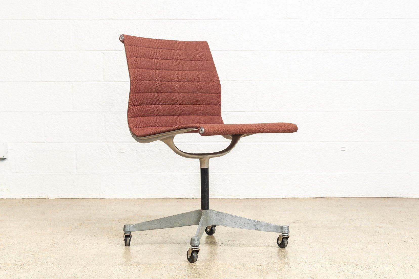 chaise d 39 appoint aluminum group mid century par charles ray eames pour herman miller 1960s en. Black Bedroom Furniture Sets. Home Design Ideas