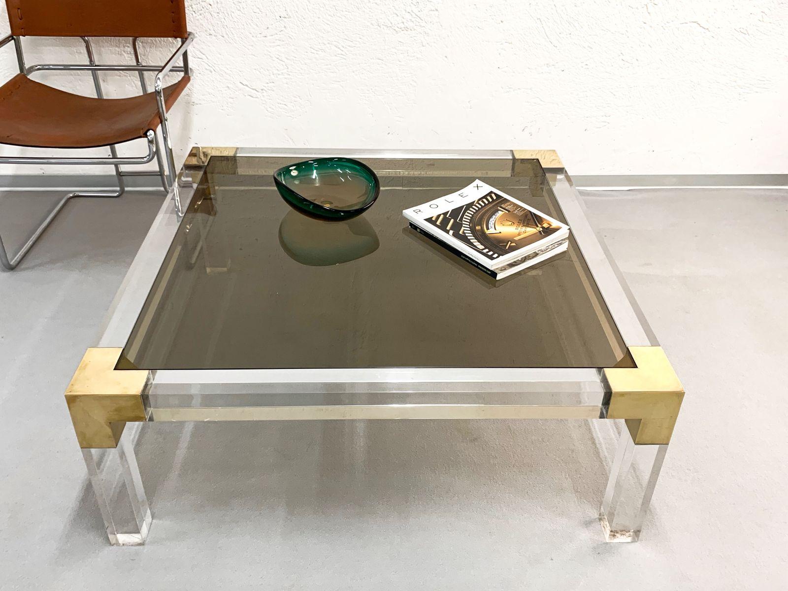 petite table carr e en lucite et laiton massif avec. Black Bedroom Furniture Sets. Home Design Ideas