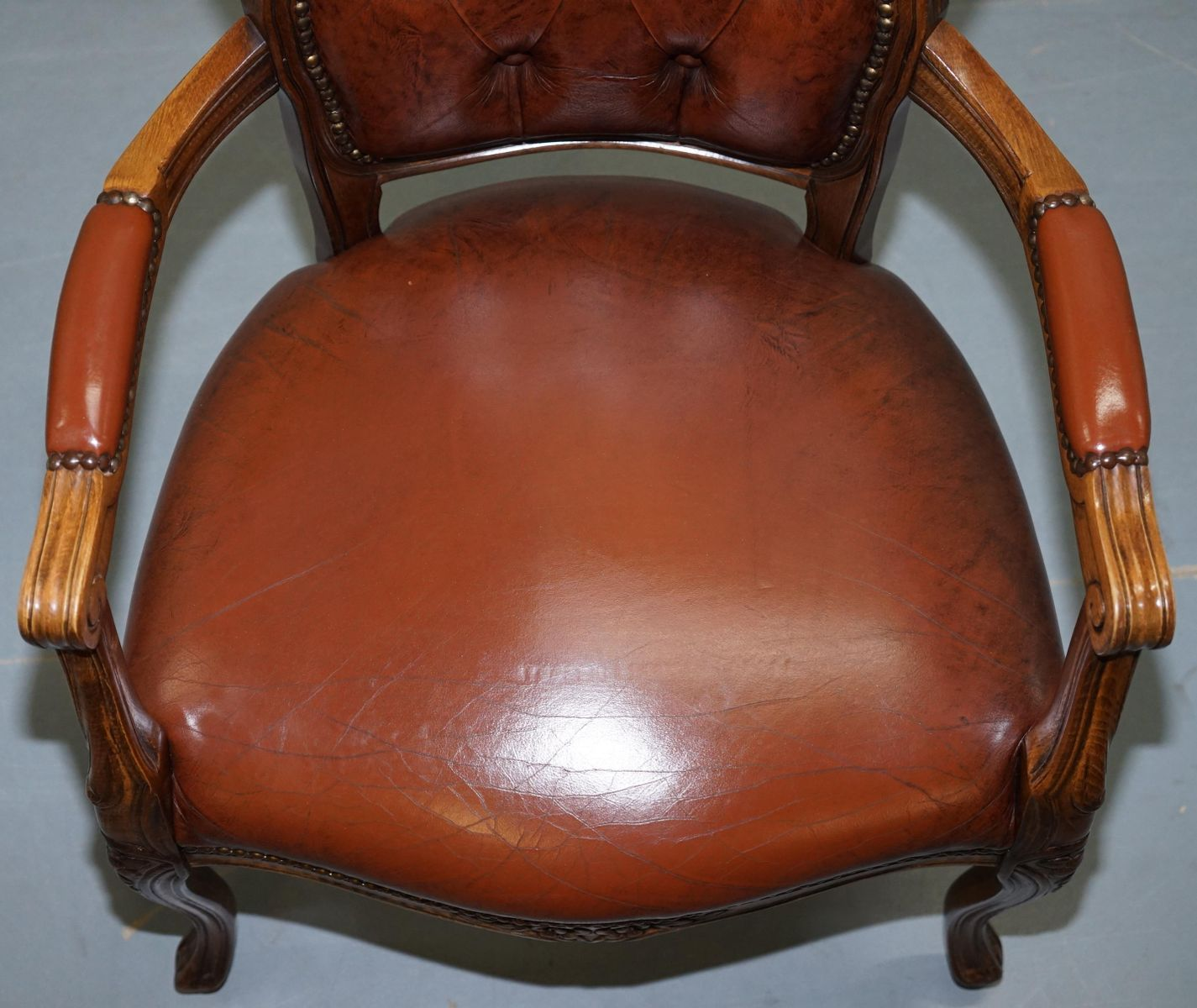 fauteuil style louis xvii en cuir marron chesterfield. Black Bedroom Furniture Sets. Home Design Ideas