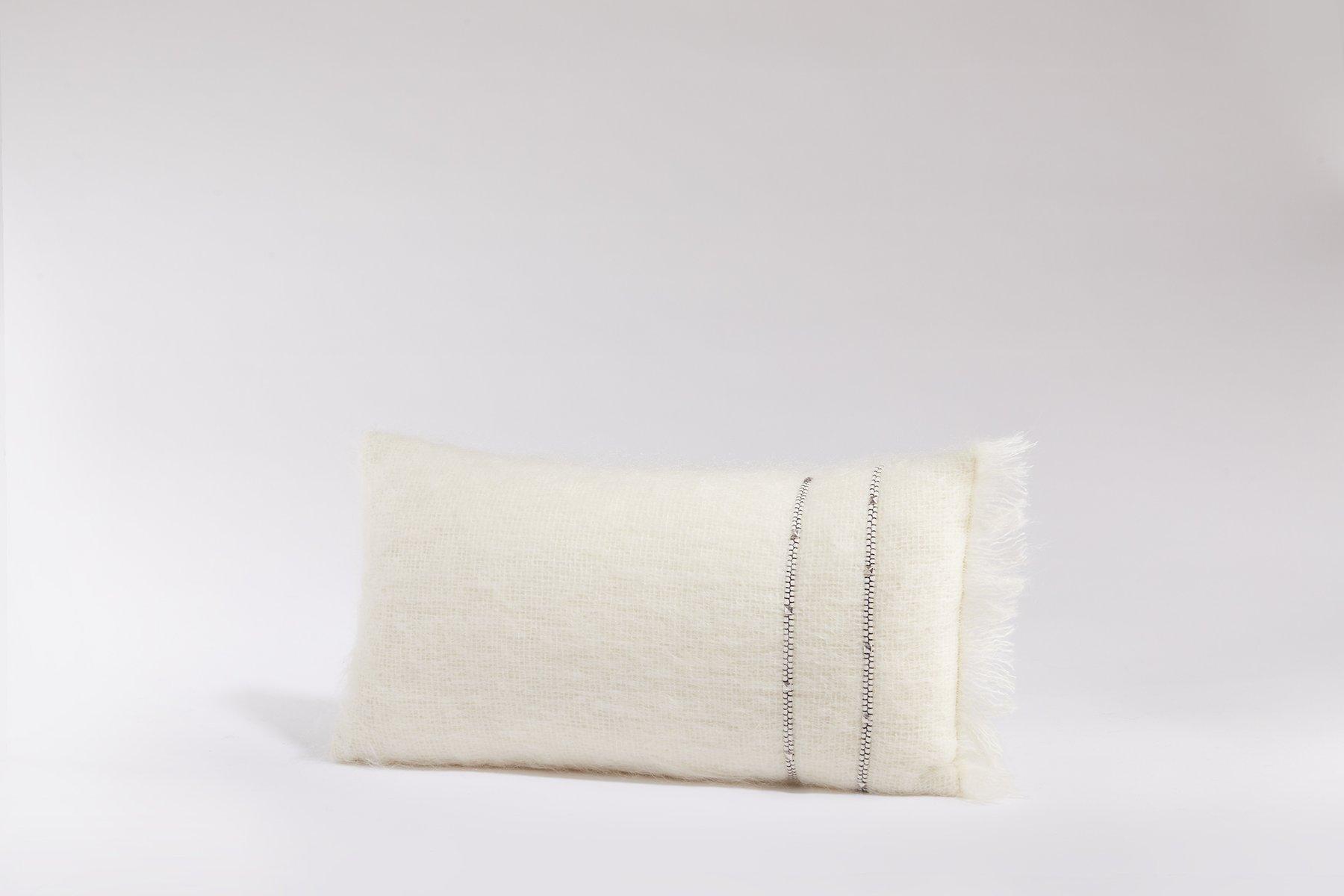 Weißes Kissen mit Bezug aus Angorawolle von Dinsh London