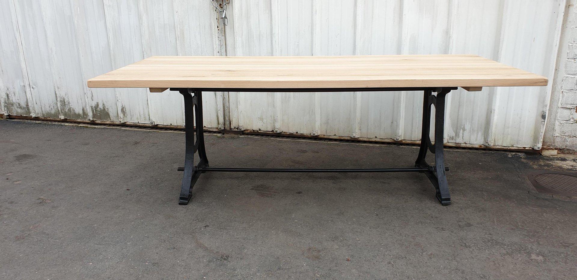 Industrieller Tisch mit Eisengestell & Eichenplatte, 1970er