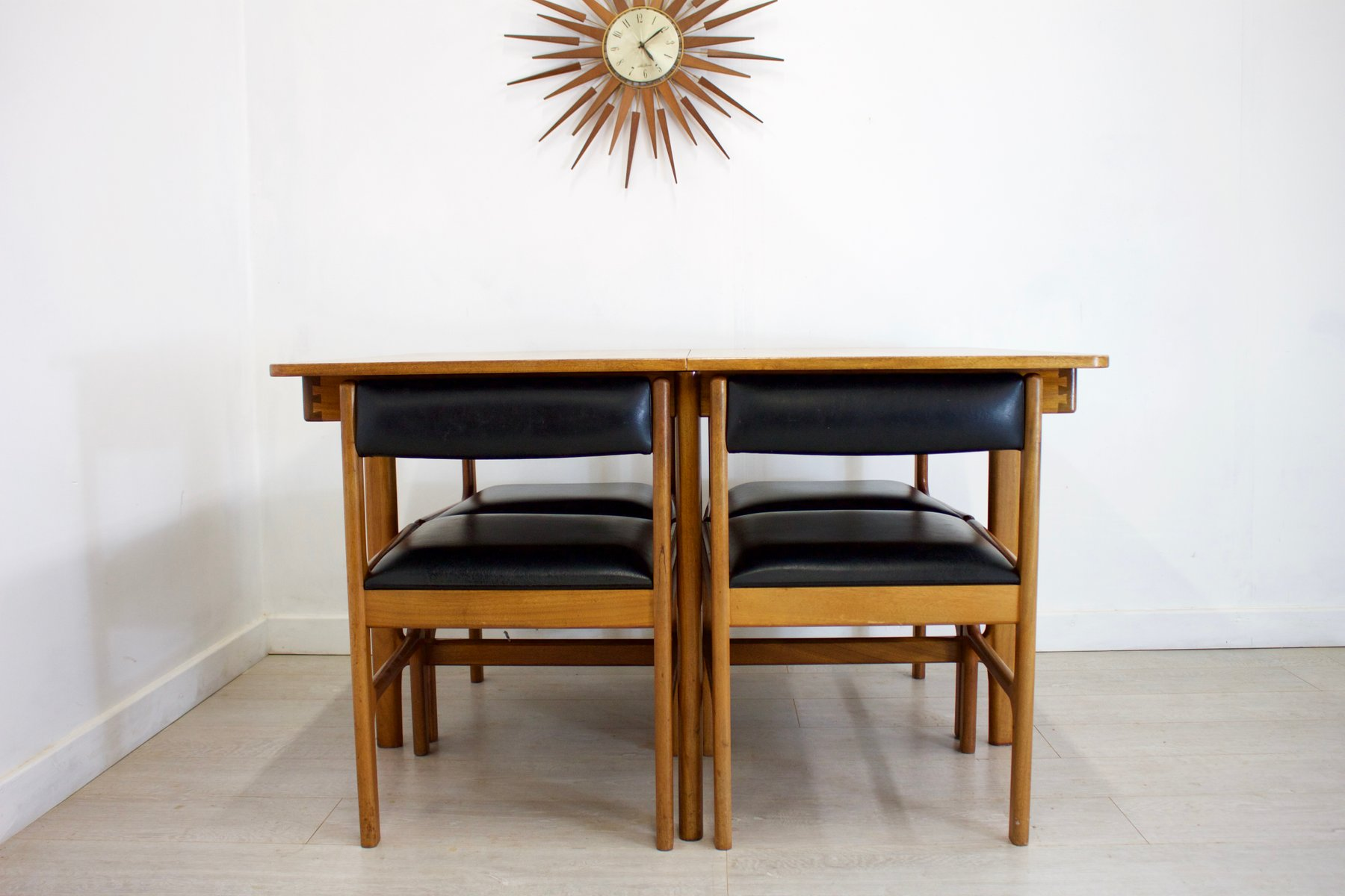 ausziehbarer mid century esstisch aus teak mit 4 st hlen. Black Bedroom Furniture Sets. Home Design Ideas