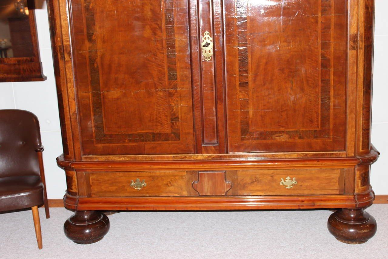 antiker deutscher barock eiche und nussholz schrank 1740 bei pamono kaufen. Black Bedroom Furniture Sets. Home Design Ideas
