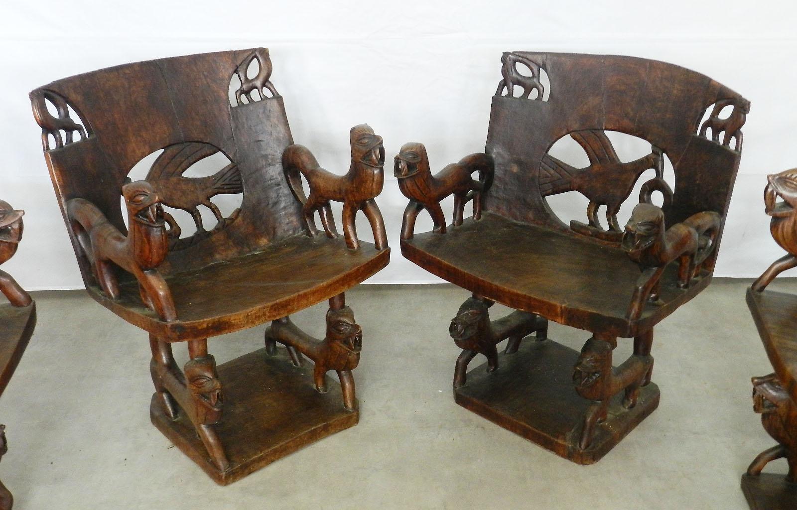 Antike afrikanische Stühle aus geschnitztem Holz, 4er Set ...