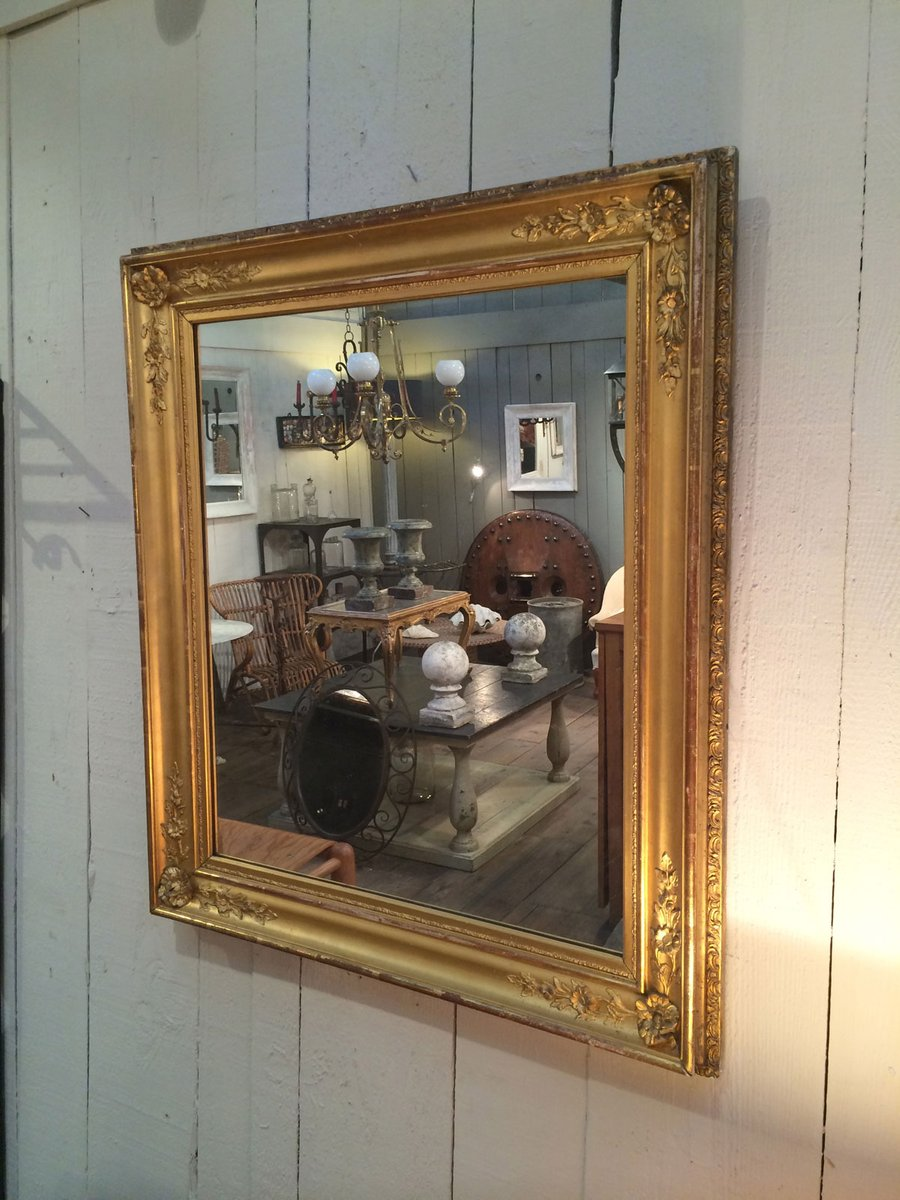Specchio antico dorato con cornice in legno in vendita su pamono - Specchio con cornice in gesso ...