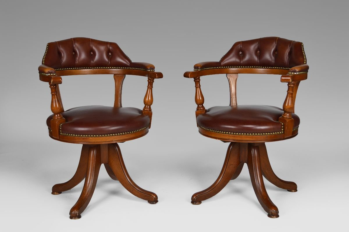 Sedie Da Ufficio Chesterfield Vintage In Legno E Pelle Set Di 2 In Vendita Su Pamono