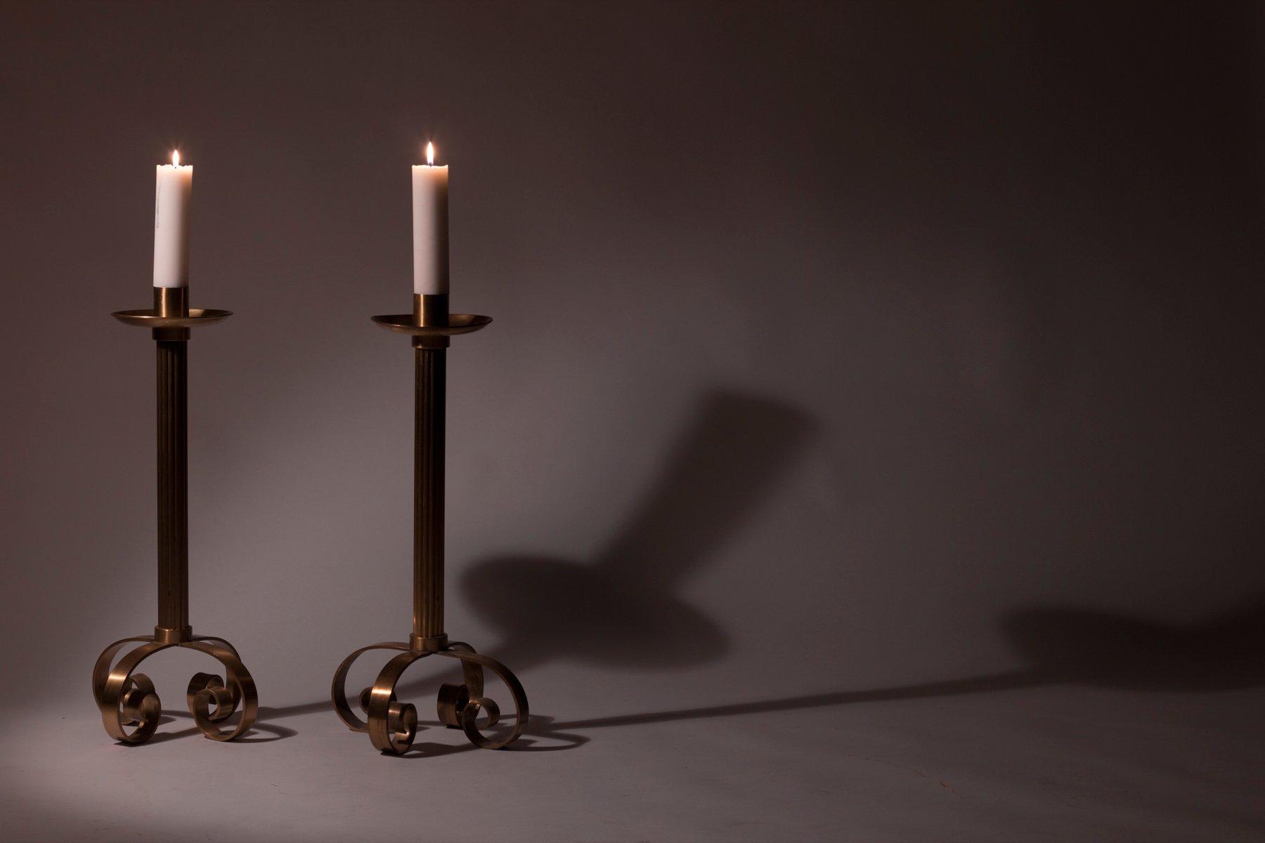 gro e skandinavische kerzenst nder aus messing von ystad metall 1940er 2er set bei pamono kaufen. Black Bedroom Furniture Sets. Home Design Ideas