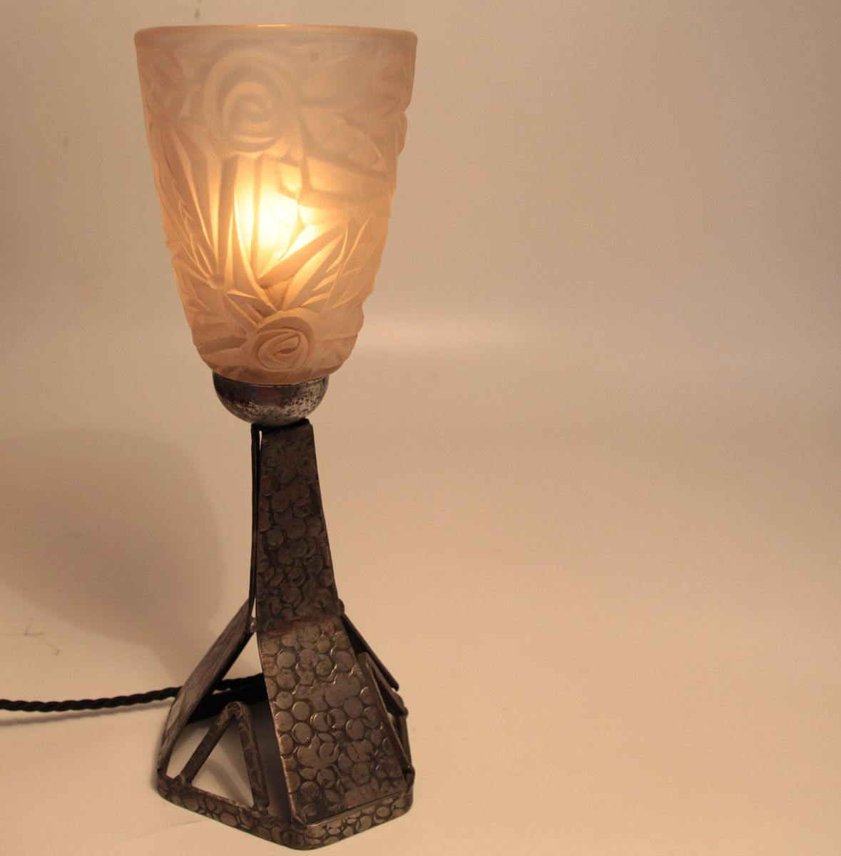 lampe de bureau art d co en fer forg france en vente sur pamono. Black Bedroom Furniture Sets. Home Design Ideas