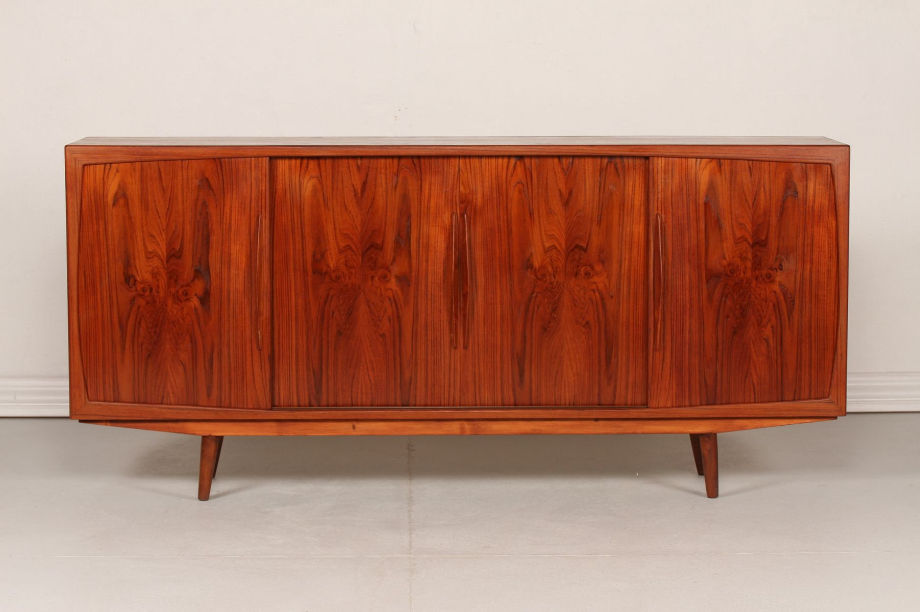 d nisches mid century teak sideboard mit 4 t ren 1950er bei pamono kaufen. Black Bedroom Furniture Sets. Home Design Ideas