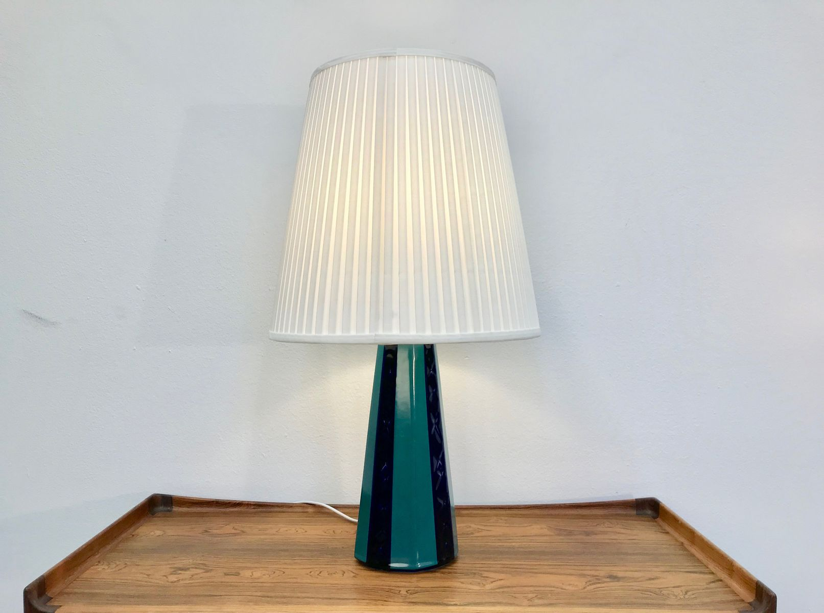 gro e d nische vintage tischlampe in gr n und blau aus. Black Bedroom Furniture Sets. Home Design Ideas